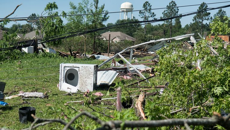 Brokstukken en huisraad liggen verspreid na de passage van een storm in Lindale, Texas.