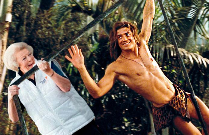 Beatrix slingerend aan een liaan met Tarzan.