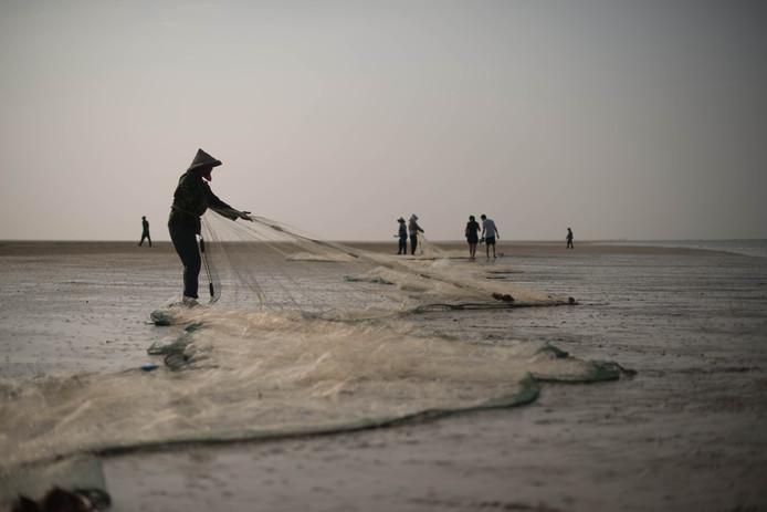 Chinese vissers bij Beihai, in het zuidwesten van China.