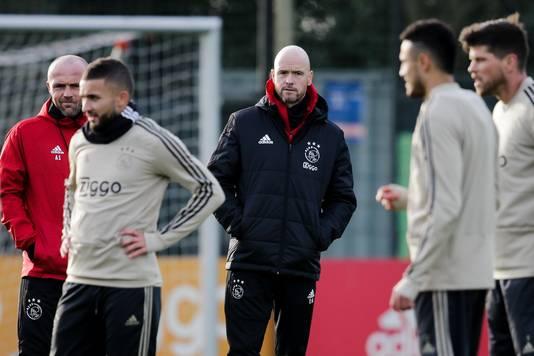 Erik ten Hag (m) en assistent Alfred Schreuder (l) tijdens de laatste training, die Ajax gewoon afwerkte op De Toekomst.