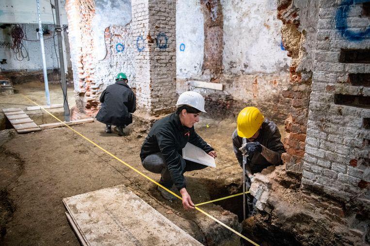 De Antwerpse stadsarcheologen aan het werk in de kelder van het stadhuis.