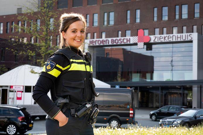 Politieagente Vera werkt momenteel in het JBZ als verpleegster vanwege de corona drukte.