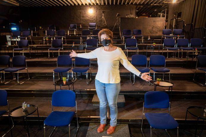 Zeeën van ruimte in de grote zaal van Theater de Kik in Elst, zo laat directeur Rita Kosman zien. In de zaal waar normaal 150 mensen kunnen, is nu slechts ruimte voor 30 personen.