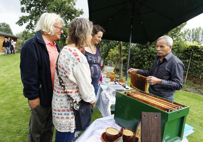 Imker Frans Bolwerk slingerde vorig jaar zo'n 15 kilo honing per bijenkast.