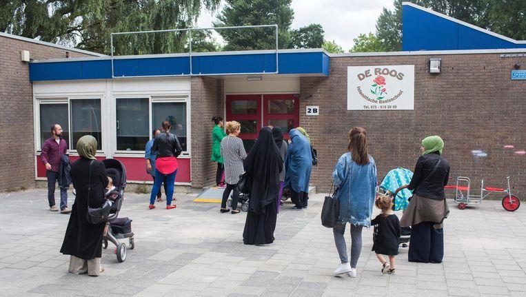 Basisschool De Roos in Zaandam. Negen docenten zijn om veiligheidsredenen opgestapt, 151 kinderen zijn uitgeschreven. Beeld Ton Koene