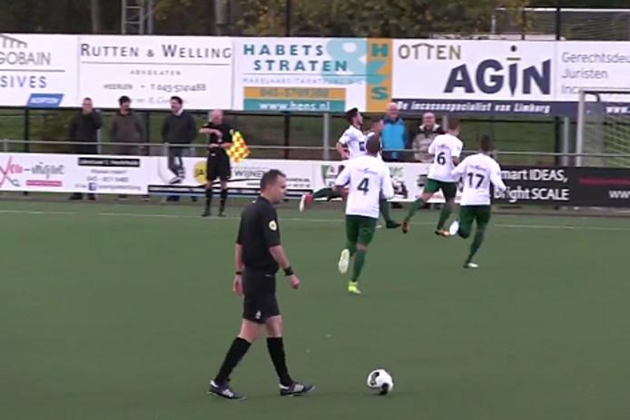 Groene Ster viert een goal.