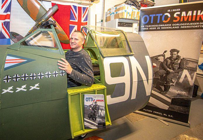 Jasper Brinksma heeft zich verdiept in het lot van Spitfirepiloot Otto Smik die in de tweede wereldoorlog boven Zwolle neerstortte. Hij heeft in zijn garage de cockpit nagebouwd van dit toestel en wilde daarmee langs scholen en evenementen rond 75 jaar bevrijding, maar dat gaat dus niet door...