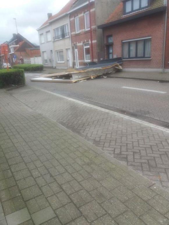 Een deel van een dak van een woning in Hoevenen ging waaien.