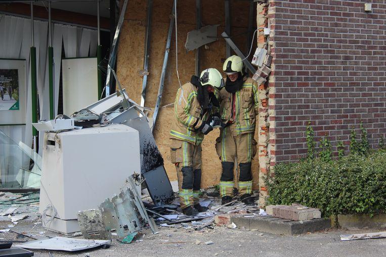 Enkele brandweermannen vonden tijdens het ruimen van de puin nog enkele eurobiljetten.