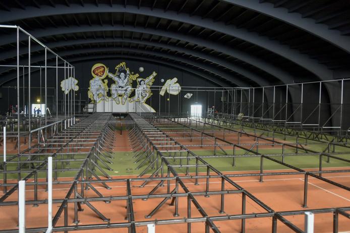 In de voormalige tennishal is het nu nog donker en staat het vol met staal. De hal wordt omgetoverd tot een trampolinepark.