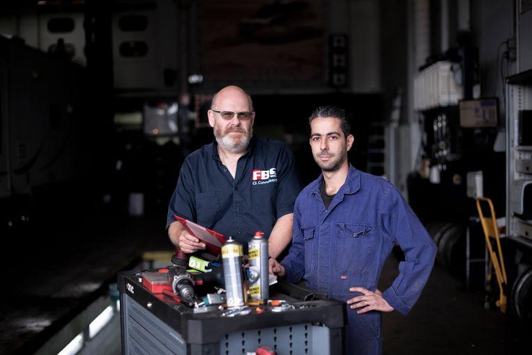 De Syrische Manual Kaloukian met zijn leidinggevende Gerard Geertsen in het installatiebedrijf dat hem werk gaf in Apeldoorn. Beeld Bram Petraeus