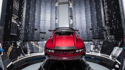 Musk komt belofte na: zijn rode Tesla    staat klaar om honderden jaren in de ruimte te zweven
