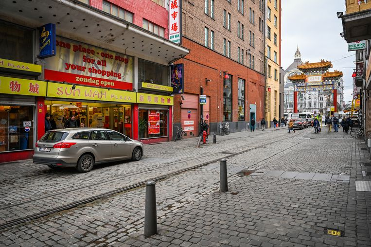 In Chinatown in Antwerpen zou het op een doordeweekse dag moeten wemelen van Chinezen die hun inkopen doen en gaan dimsummen. Nu oogt het er desolaat.