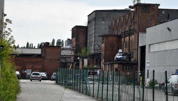 Kompass Klub zit gehuisvest in een oud fabriekspand achter de Ottergemsesteenweg in Gent.
