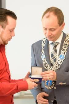 Perry van den Boomen uit Valkenswaard ontvangt legpenning voor heldhaftige optreden in Helmond