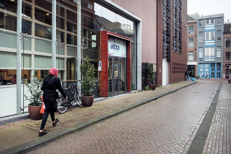 Het Altra College in de Konijnenstraat. Op de inzet is de schade na de vuurwerkexplosie van 15 oktober te zien. Beeld Jakob Van Vliet