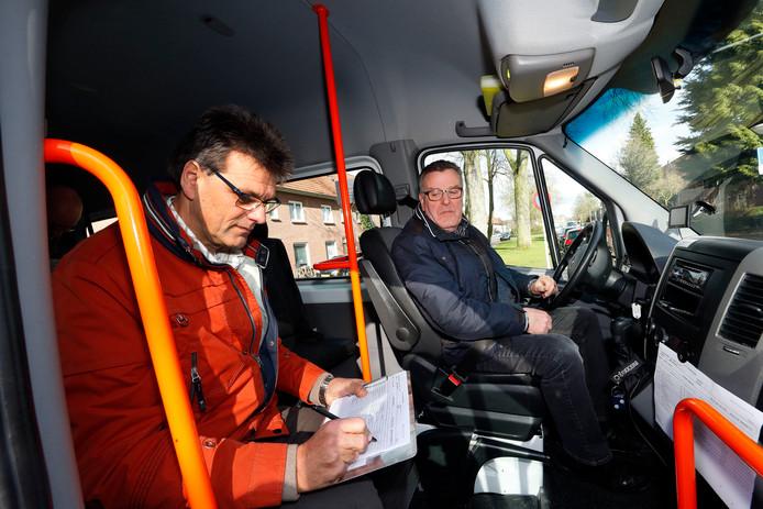 Chauffeur Sjef Wiersma en coördinator Jos van de Loo in de bus van De Witte Raaf