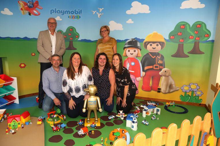 Het team van Boeleke en burgemeester Alain Wyffels in de Playmobil-speelhoek.