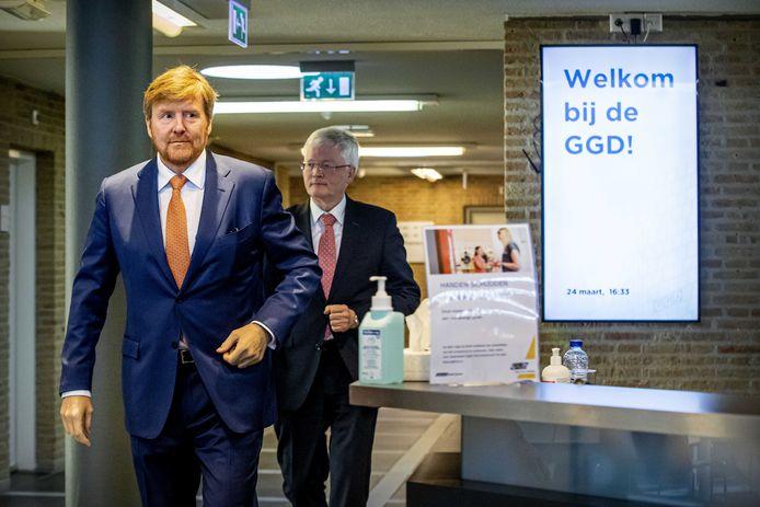 Koning Willem-Alexander tijdens een werkbezoek aan de GGD in Tilburg, die op 27 februari de eerste coronabesmetting in Nederland constateerde.