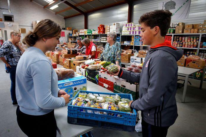 Bij de Stichting Voedselbank Giessenlanden Zederik zijn ze al dagen boodschappen aan het sorteren.