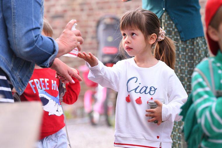 Kinderen in de kleuterklas mogen terug zonder mondmasker, maar moeten regelmatig hun handen ontsmetten.  Beeld Photo News