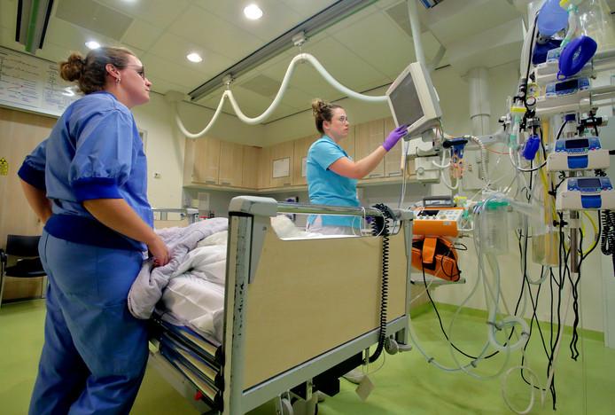 """Veel patiënten op de SEH zijn ouderen. ,,Veel meer dan vijftien jaar geleden"""", zegt Evelyn. ,,Mensen blijven langer thuis wonen en liggen soms uren op de grond voordat ze worden opgemerkt.''"""