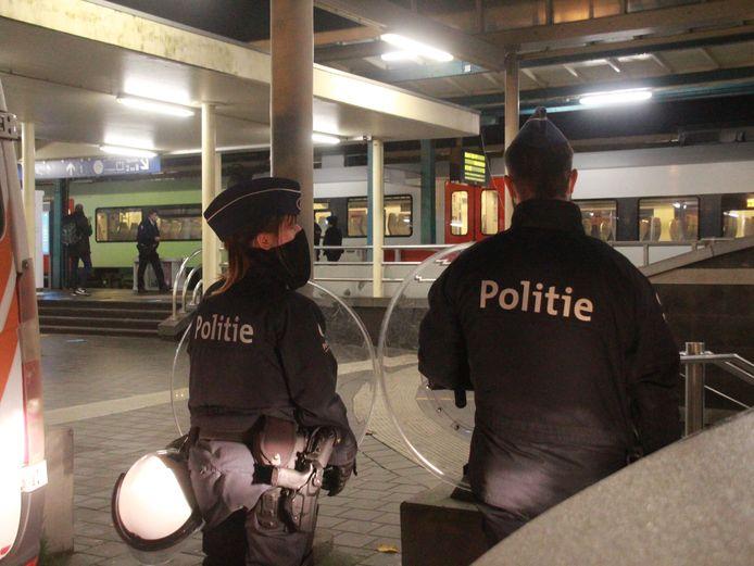 Grote politiemacht aan het station van Kortrijk zondagavond.