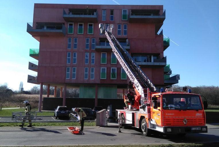 De brandweer redde de bewoner, die onwel geworden was, met een ladderwagen.