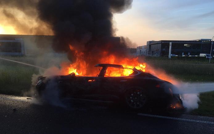 De Tesla brandde volledig uit.