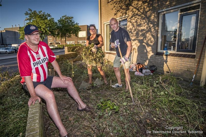 Buren helpen Peter de Reus met opknappen van de tuin