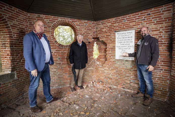 Raymond Strikker, architect Harry Kamphuis en aannemer Tom Koster (v.l.n.r) zorgen kosteloos voor herstel van het koepeltje op de Tankenberg.