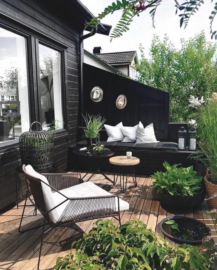 Kleine buitenruimtes zijn chique en modern te maken met zwarte vlakken.
