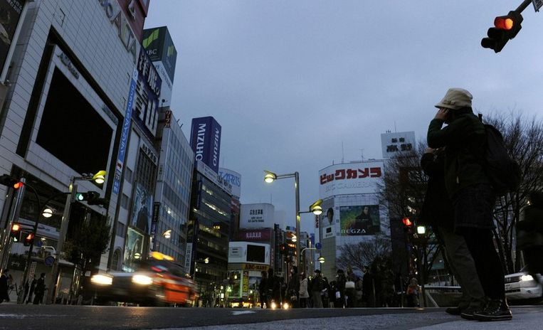 Neonverlichting in Tokyo is uitgeschakeld omminder energie te verbruiken. Beeld reuters