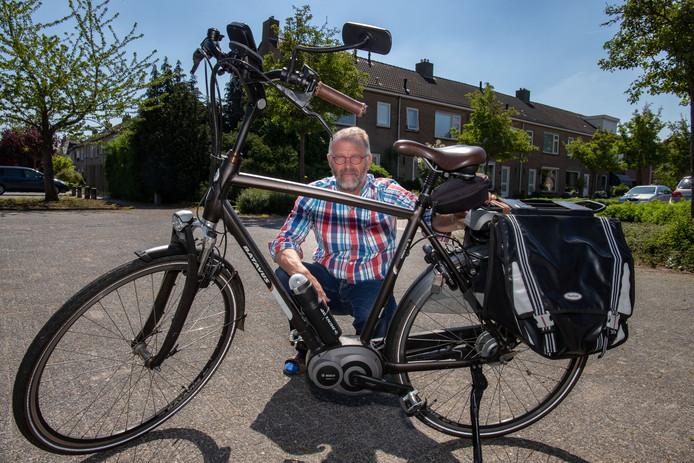 Hans van 't Noordeinde van rijschool Accuraat met zijn e-bike. © Freddy Schinkel