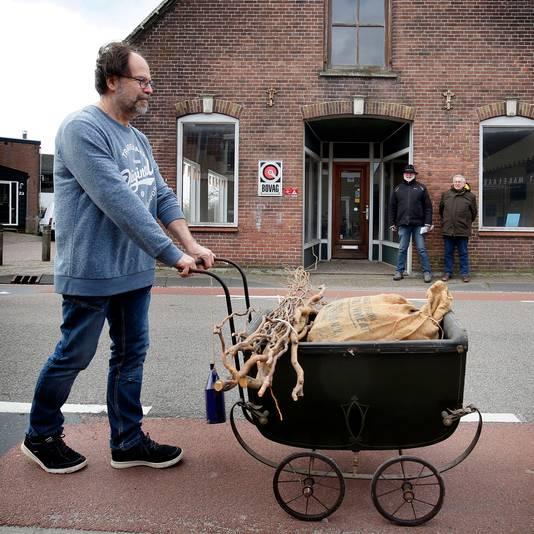 At Stravers voor het pand aan de Voorstraat in Groot-Ammers, waar de 'etalage-expositie' wordt ingericht.