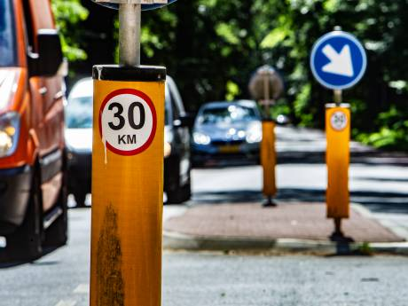 Ludieke 30-km sticker zaait verwarring op 50-wegen: 'Krankzinnig als je hieraan meewerkt'