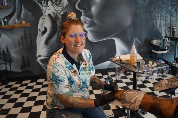 Julie 'Djoels' Bouckhuyt heeft een nieuwe tattooshop in Egem.