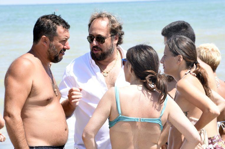 Matteo Salvini gaat op zijn strandtours gewillig in bloot bovenlijf op de foto met zijn aanhangers.