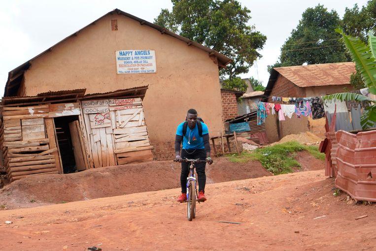 Joseph Kakande onder weg op zijn oude fiets. Beeld Michele Sibiloni