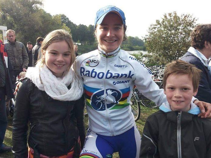 Een foto uit de tijd dat Silke Smulders als fan trots met Marianne Vos op de foto mocht. 'Hoe vet is het dat ik nu met haar dezelfde wedstrijden ga rijden.'