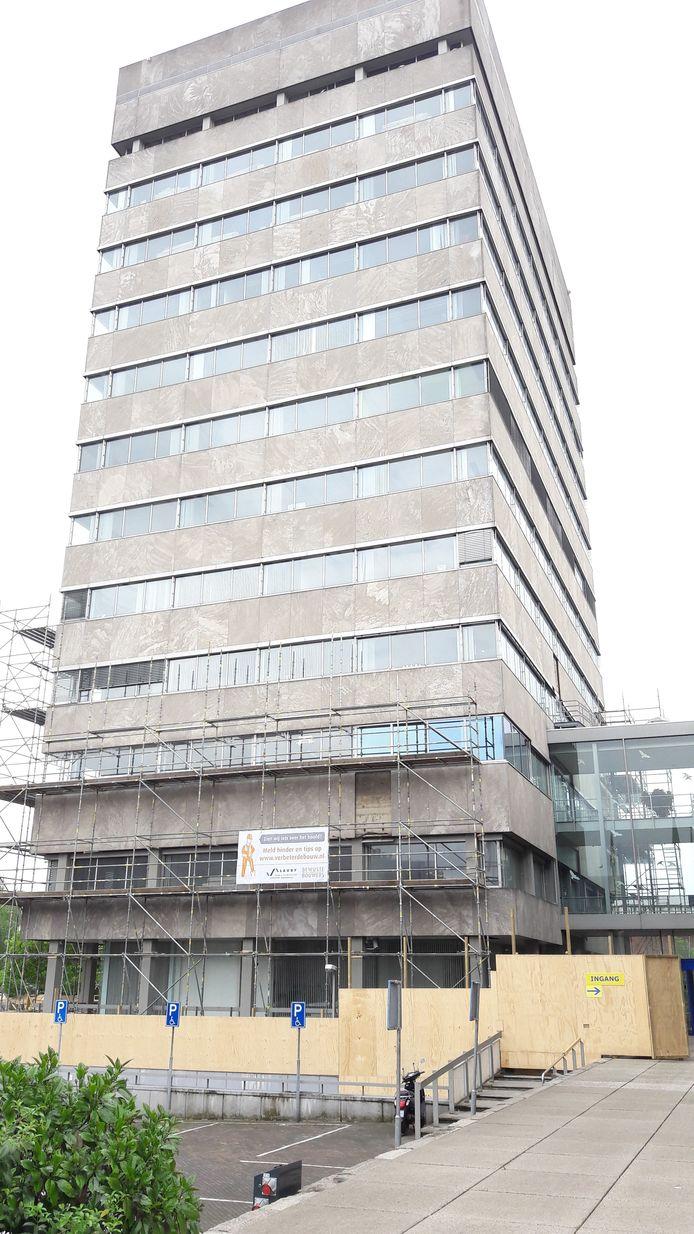Stadhuistoren Eindhoven in de steigers voor renovatie en verduurzaming.