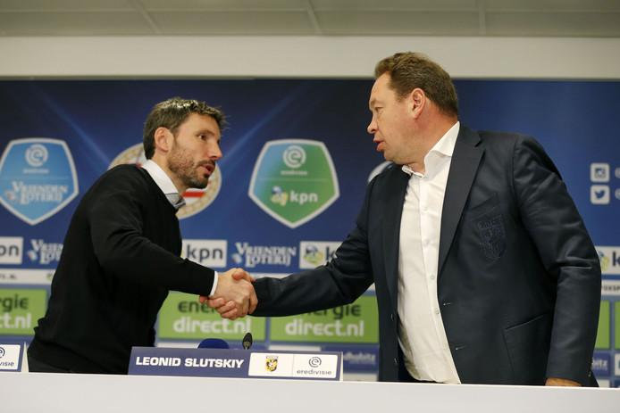 PSV-trainer Mark van Bommel krijgt de felicitaties van Leonid Slutsky, de coach van Vitesse.