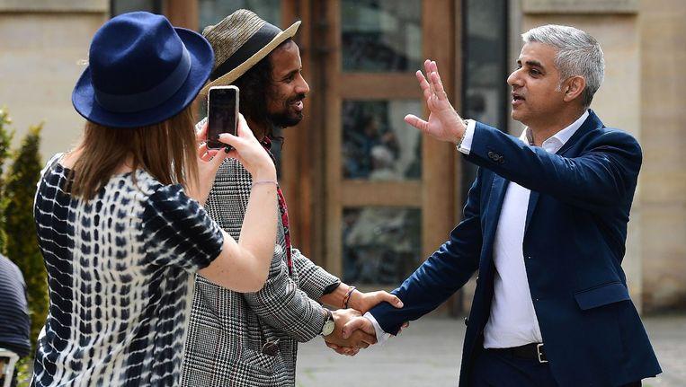 De nieuwe burgemeester van Londen, Sadiq Khan (uiterst rechts), is ondanks zijn geloof geliefd bij de Londenaren. Beeld anp