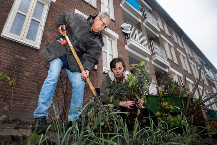 Oktober 2018: Carola Leertouwer en Frans Horn planten salie in de geveltuintjes.