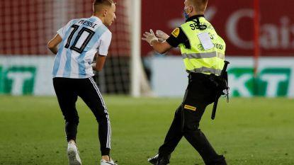 En dat voor een foto waarop niets te zien is: veldbestormer op zoek naar Messi wordt bestraft