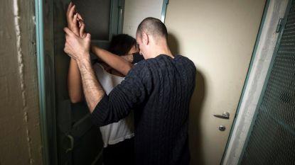 Man (49) probeert beha van jonge vrouw (24) los te knippen: 4 jaar cel voor poging tot verkrachting
