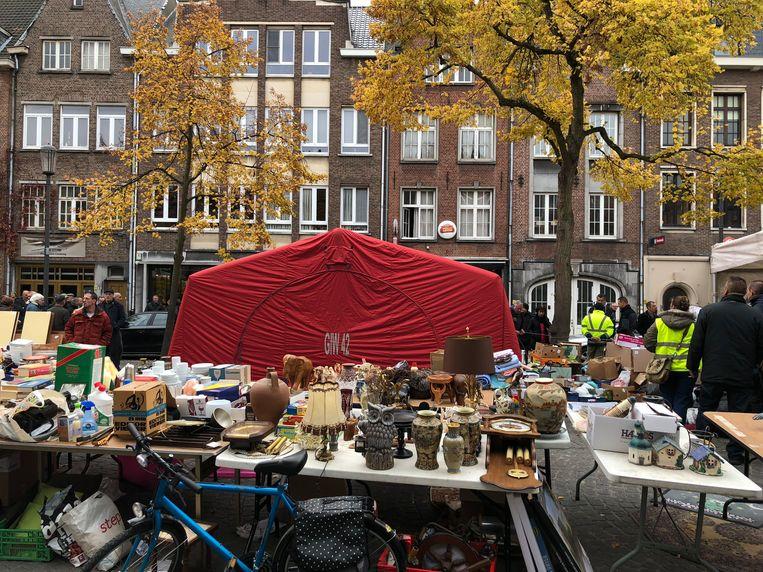 De brandweer plaatste een tent om het zicht te onttrekken van de drukbezochte markt.