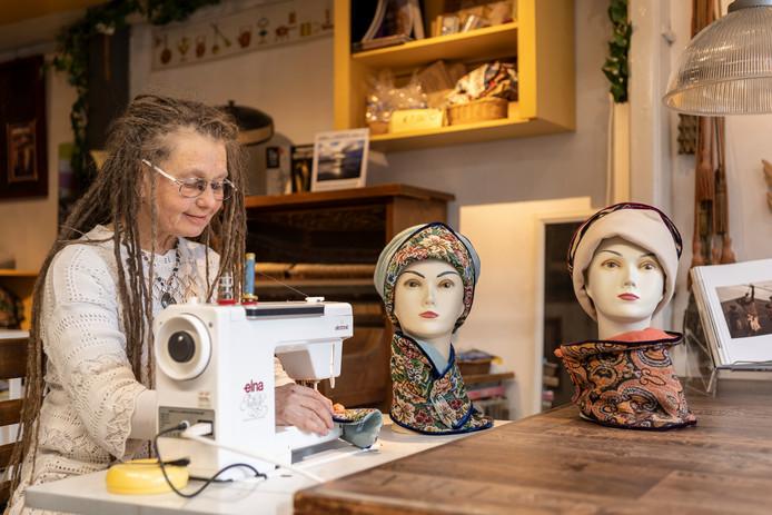Vera de Jong aan het werk in haar atelier Nummer 11.