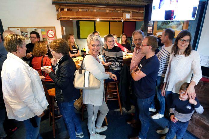 Bezoekers van Koffiebar Asperen halen herinneringen op tijdens het jubileumfeest.