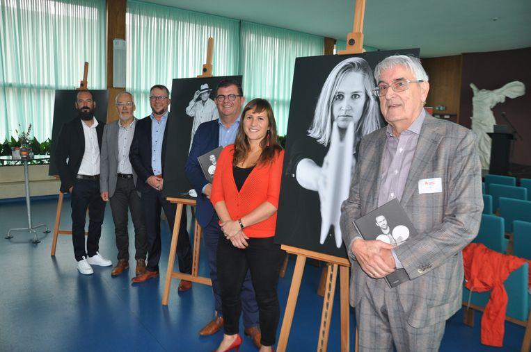 Pierre De Coninck (vooraan) met leden van het schepencollege, Peter De Gryse en fotograaf Nick Decombel. Op de foto vooraan prijkt zeilster Emma Plasschaert.